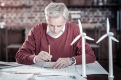 Plan masculin sérieux de dessin d'ingénieur Photos stock