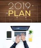 plan 2019 med den manliga användande datorbärbara datorn arkivbilder