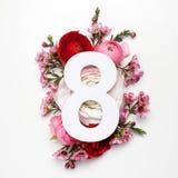 Plan mit bunten Blumen, Blättern und Nr. acht Flache Lage Beschneidungspfad eingeschlossen Lizenzfreie Stockfotografie