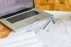 Plan mit Machthaber und Laptop auf Schreibtisch Stockbilder