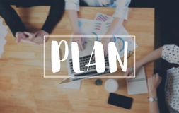 PLAN-Mitteilung auf dem Gerät bearbeitet den Tabellenhintergrund stockbilder