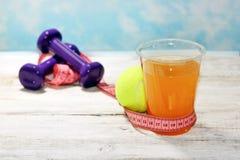 Plan o programa de la dieta del men?, un vidrio de bayas del c?ctel, cinta m?trica, pesas de gimnasia y frutas frescas de la comi imagenes de archivo