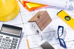 Plan och hjälpmedel golvplan och räknemaskin, arkitekturaffär Royaltyfri Bild