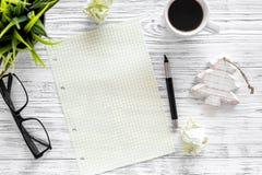 Plan por el año 2018 Cuaderno, pluma, vidrios, taza de café en maqueta de madera gris de la opinión superior del fondo Imagen de archivo