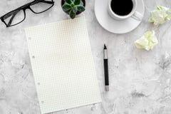 Plan por el año 2018 Cuaderno, pluma, vidrios, taza de café en maqueta de piedra gris de la opinión superior del fondo Fotos de archivo libres de regalías