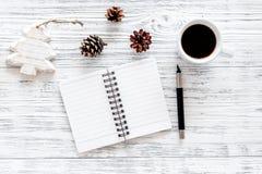 Plan por el año 2018 Cuaderno y taza de café en la opinión superior del fondo de madera gris Fotografía de archivo libre de regalías