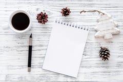 Plan por el año 2018 Cuaderno y taza de café en maqueta de madera gris de la opinión superior del fondo Imagen de archivo