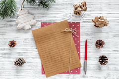 Plan por el año 2018 Decoración de la hoja de papel y de la Navidad en maqueta de madera gris de la opinión superior del fondo Fotografía de archivo libre de regalías
