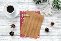 Plan por el año 2018 Decoración de la hoja de papel y de la Navidad en maqueta de madera gris de la opinión superior del fondo Imagenes de archivo