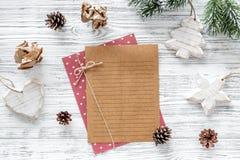 Plan por el año Hoja de papel, taza de café y decoración de la Navidad en maqueta de madera gris de la opinión superior del fondo Fotografía de archivo libre de regalías