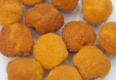Plan rapproché à beaucoup de morceaux de Mini Madeleine/de dessert français Images stock