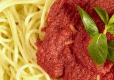 Plan rapproché à des spaghetti avec la sauce tomate Photo stock
