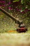 Plan rapproché à grande vitesse de lames fauchant la pelouse Images libres de droits