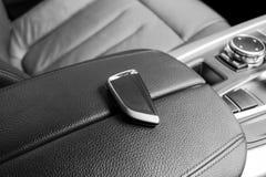 Plan rapproché à l'intérieur de véhicule de l'allumage principal sans fil Commencez la clé de moteur Extérieur principal de voitu Photographie stock