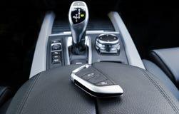 Plan rapproché à l'intérieur de véhicule de l'allumage principal sans fil Commencez la clé de moteur Extérieur principal de voitu Image libre de droits
