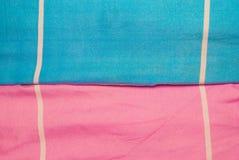 Plan rapproché à la ligne blanche avec le fond bleu et rose de tissu Images stock