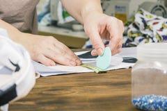 Plan rapproché à la mode de conception mains du concepteur avec la craie Photos libres de droits