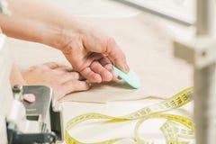 Plan rapproché à la mode de conception mains du concepteur avec la craie Images libres de droits