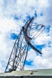 Plan rapproché à la tour d'antenne militaire parabolique de communication mobile Images stock