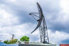 Plan rapproché à la tour d'antenne militaire parabolique de communication mobile Image libre de droits