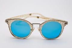 Plan rapproché à scintiller cadre avec les lunettes de soleil bleues de lentille, d'isolement Photo libre de droits