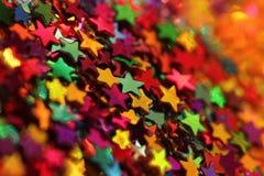 Plan rapproché éclatant dispersé de confettis d'étoiles Images stock
