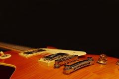 Plan rapproché électrique de guitare de jazz de corps solide sur le fond noir, avec l'abondance de l'espace de copie Foyer sélect Photographie stock