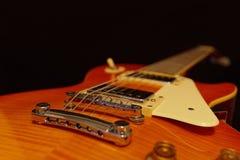 Plan rapproché électrique de guitare de jazz de corps solide sur le fond noir Foyer sélectif Photo stock