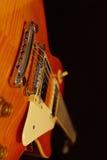 Plan rapproché électrique de guitare de roche de corps solide sur le fond noir Foyer sélectif Image libre de droits