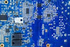 Plan rapproché électronique bleu de carte avec le microeleme différent Images libres de droits