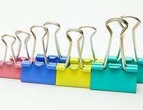Plan rapproché Agrafe pour le papier de différentes couleurs, fournitures de bureau photo libre de droits