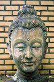 Plan rapproché 400 années de statue en pierre principale antique de Bouddha à salut Photographie stock libre de droits