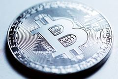 Plan rapproché argenté de Bitcoin Photo libre de droits