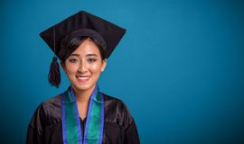 Plan rapproché asiatique de graduation heureux d'étudiant au-dessus de bleu photo libre de droits