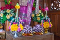 Plan rapproché au beau riz thaïlandais offrant sur le piédestal en bois de culte photo stock