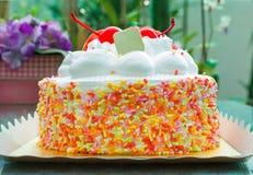 Plan rapproché au gâteau frais de lait avec la décoration de fantaisie colorée Photo stock