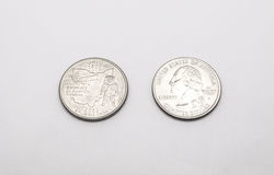 Plan rapproché au symbole d'état de l'Ohio sur la pièce de monnaie de quart de dollar sur le fond blanc photo libre de droits