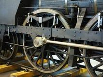 Plan rapproché aux roues du vieux train locomotif de machine à vapeur de vintage Images stock