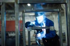 Plan rapproché avant d'un travailleur utilisant la vitesse protectrice Photographie stock libre de droits
