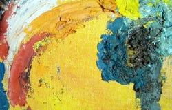 Plan rapproché avec des courses de peinture à l'huile sur la toile images stock