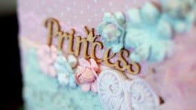 Plan rapproché belle princesse d'inscription, décorée de la dentelle et des fleurs faites en tissu dans des tons de pêche banque de vidéos