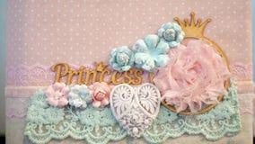 Plan rapproché belle princesse d'inscription, décorée de la dentelle et des fleurs faites en tissu dans des tons de pêche clips vidéos