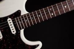 Plan rapproché blanc de guitare électrique des frettes et du corps de touche photographie stock