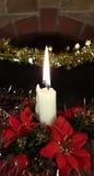 Plan rapproché blanc de lumière de bougie de Noël et fond foncé Photographie stock