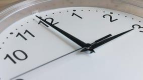 Plan rapproché blanc fonctionnant d'horloge murale de visage d'horloge banque de vidéos