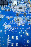 Plan rapproché bleu de carte avec différentes formes de micro-éléments Images libres de droits