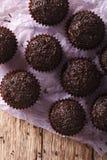 Plan rapproché brésilien de bonbons au chocolat sur la table principal vertical vi Images stock