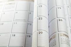 Plan rapproché brouillé et focalisé de calendrier de bureau Photographie stock libre de droits