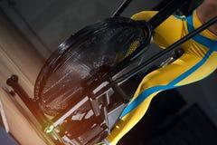 Plan rapproché - cardio- formation intense dans le vélo d'air photos libres de droits