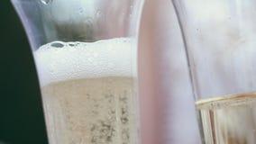 Plan rapproché, champagne en verres, bulles de scintillement en verres clips vidéos
